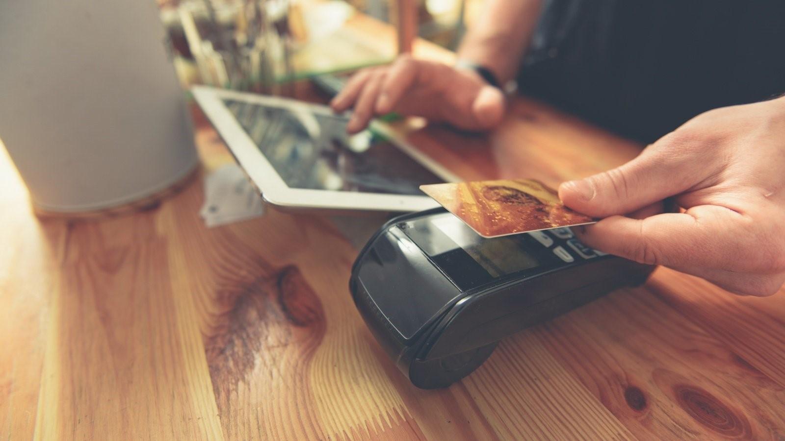 Az elektronikus fizetés növekedése ellenére a készpénz továbbra is meghatározó
